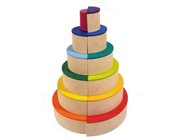 los-semicirculos-de-madera-complementan-el-arco-iris-de-waldorf